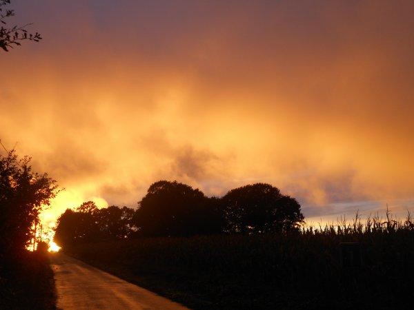 Le coucher de soleil hier soir devant la maison... un véritable incendie !!!