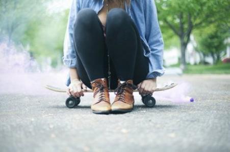 Une fille méfiante et jalouse est souvent une fille qui a été trahie et blessée, cherchant à être rassurée