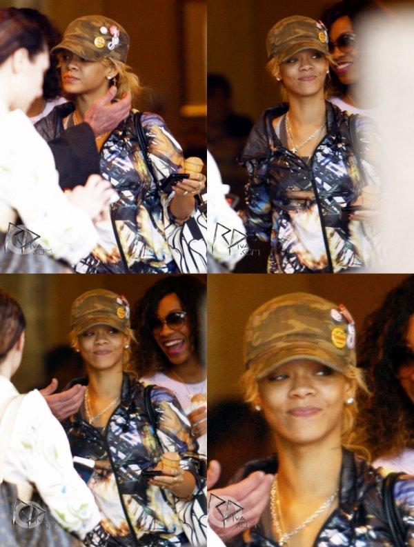 Rihanna se trouvait hier dans les rues de Westwood, un quartier de Los Angeles où elle a été aperçue se promenant avec quelques amis.