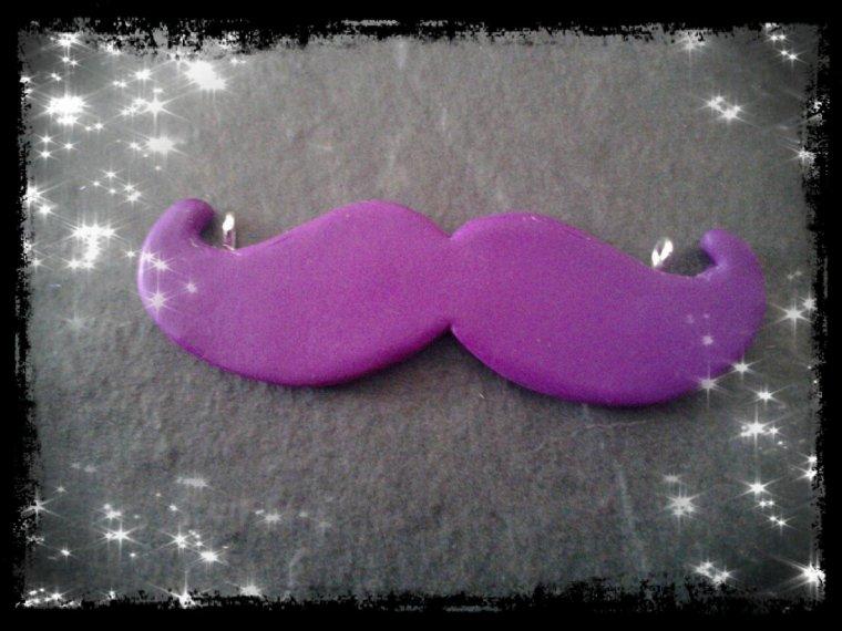 Collier moustache violette