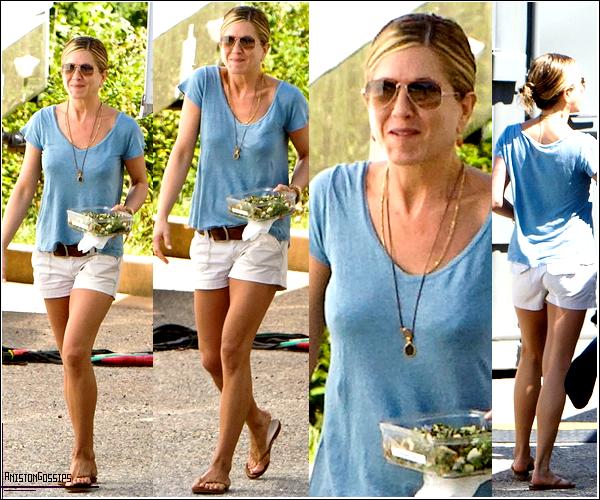 . 13 Septembre  -   Jen était en train de déjeuner sur le set de son nouveau film Wanderlust à Atlanta. .