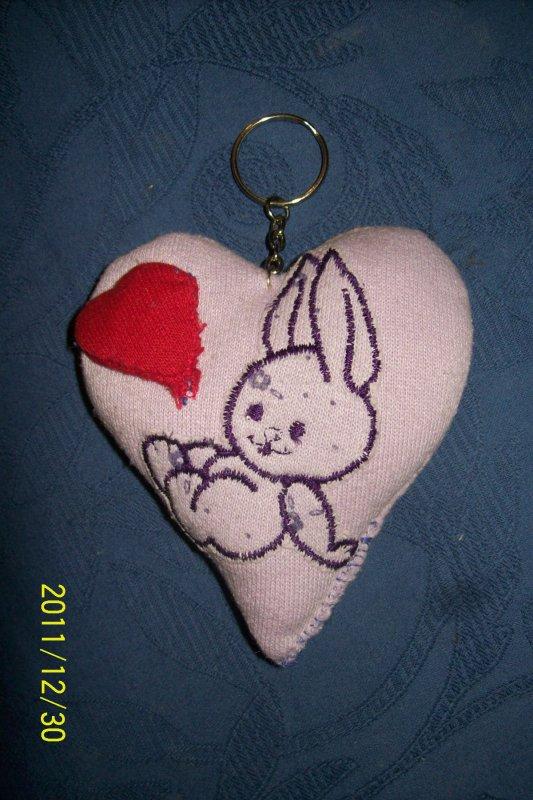coussin forme de coeur fait main avec petit lapin