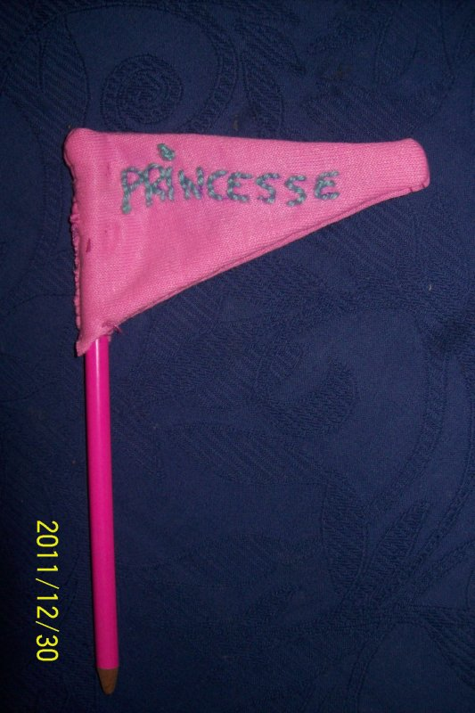 drapeau fait main avec un crayon de couleur et tissus,brodée