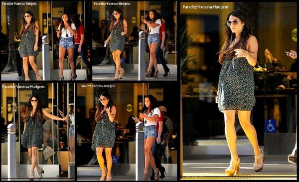 Vanessa était de sortie avec sa soeur Stella. Elles ont été vues faisant du shopping au Sherman Oaks Fashion Square Mall à  Los Angeles :  27.04.11