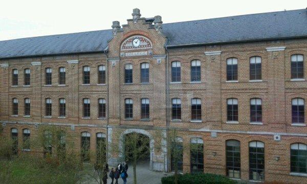 Un des bâtiment de mon Lycée ^^