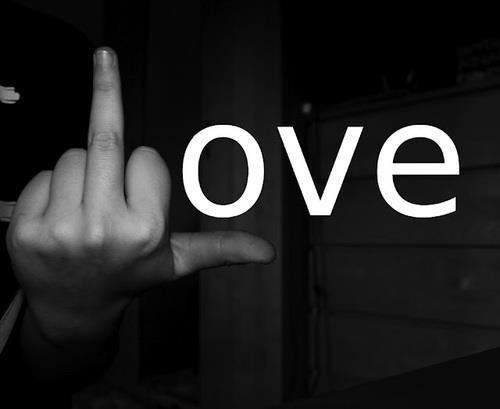 fuck love ! mtn qu'une fille a jouer av mon coeurs je croit plut en l'amours #fucklove
