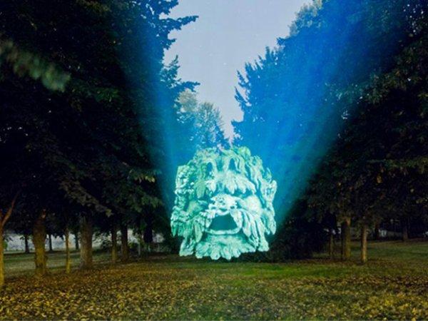 100.2 - D'effrayantes gargouilles projetées sur les arbres de Saint Cloud