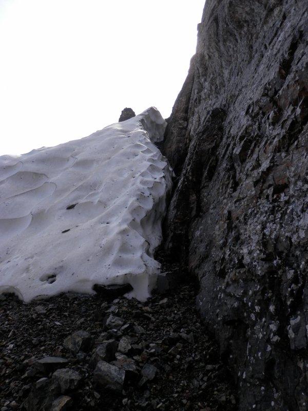 122 - L'obstacle sur le chemin montant le long de la paroi, vers la brèche d'Aurey