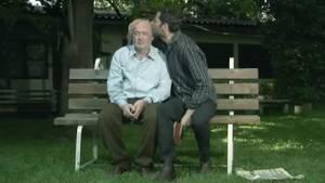 169 - Assis sur un banc, ce père et son fils ont une discussion qui tourne en rond.
