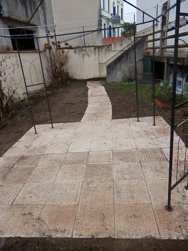 189.1 - Un dallage gravillonné pour stabiliser l'assise d'un espace repas au jardin sous une  tonnelle ...