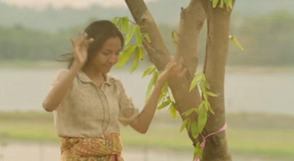 202.4 - Cette étrange femme parle à un arbre chaque jour. Quand vous saurez pourquoi, vous serez bouleversé.