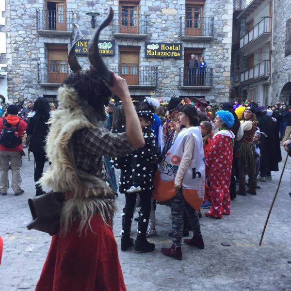 "Onso, ""trangas"" i ""madamas"" del carnaval de Bielsa (Bear carnival)"