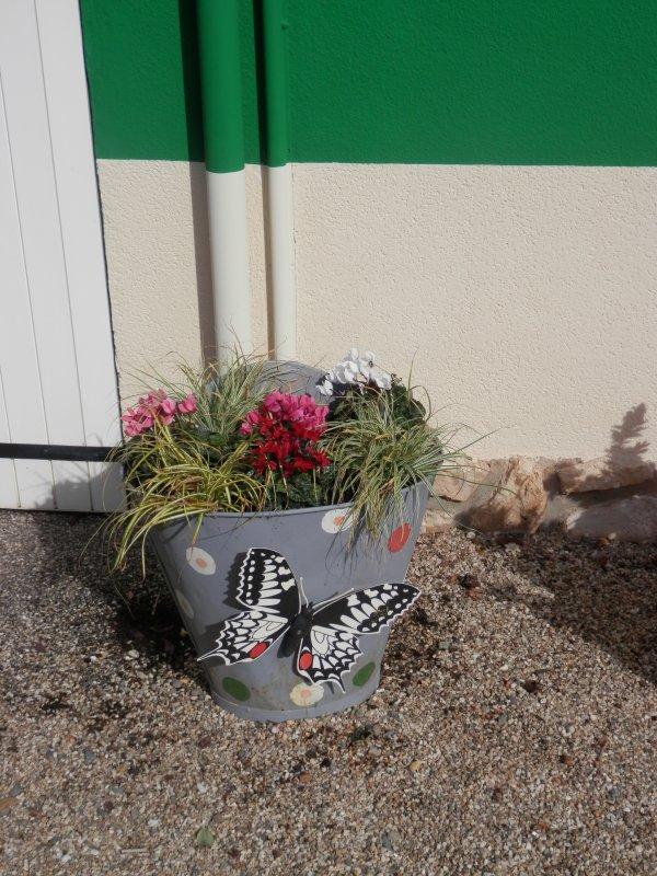 A St Loup (82) - Fleurissement de comportes de vendanges en zinc (4/09/2017)