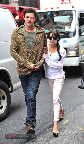 Lea et Cory faisant du shopping sur Soho le 7 mai. Je n'aime pas trop la tenue de Lea, par contre Cory est à croquer !