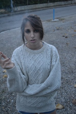 elle porte des rubans qu'elle laisse s'envoler, elle me chante souvent que j'ai tort d'essayer, de les retenir.