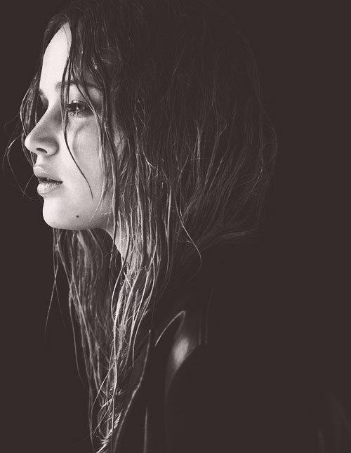 Si je ferme les yeux, je te sens auprès de moi. J'ai besoin de parler un peu avec toi, tu dis maintenant je suis ici. Arrête de penser, tu t'asseoies et puis tu joues rien que pour moi  Dis-moi qu'un jour j'arriverai à le faire mais ce n'est pas facile. De toujours se relever.