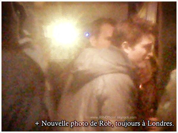 ~ 25 décembre 2010          Robert Pattinson dans sa ville natale !    { Candids }