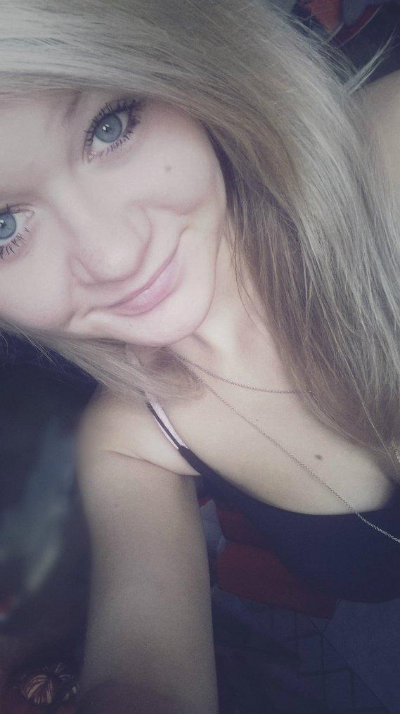 » Je souris, je rigole, je montre que je vais bien.. Mais a l'intérieur de moi, mon coeur lui est remplis de fissure!