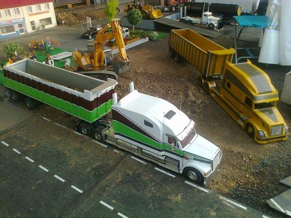 Le Freightliner coronado et le Volvo ancienne déco