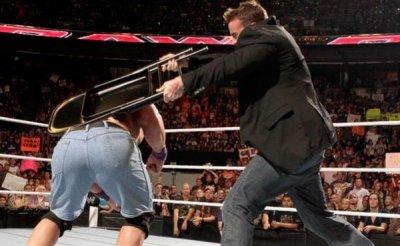 Cm punk attaque John Cena