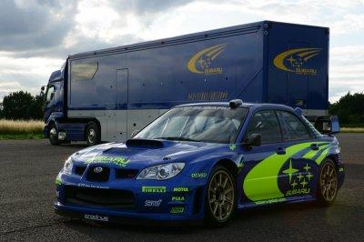 Subaru Impreza WRC 2006 accompagné de son camion.