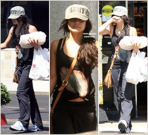 _ Vanessa qui retourne à sa voiture après être passée à une épicerie à Studio City le 31 août._