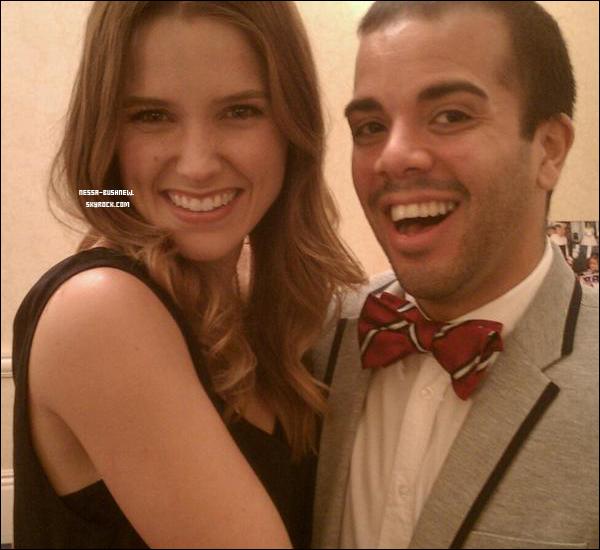 _ Twitter @TheGayGourmet (Michael Munoz) : « J'ai trouvé une nouvelle meilleure amie! Sophia Bush. »