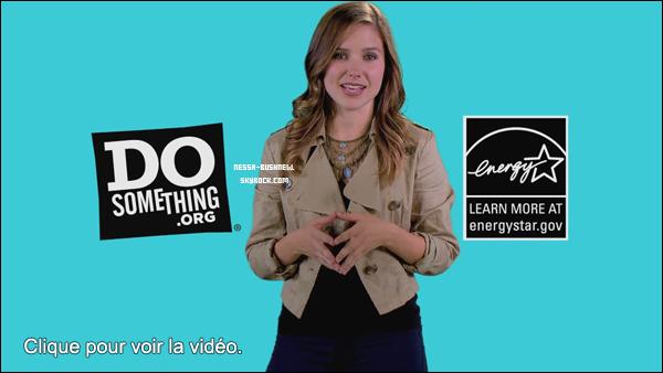 _ Sophia présentant une publicité pour DoSomething avec le lancement du nouveau jeu Emission.