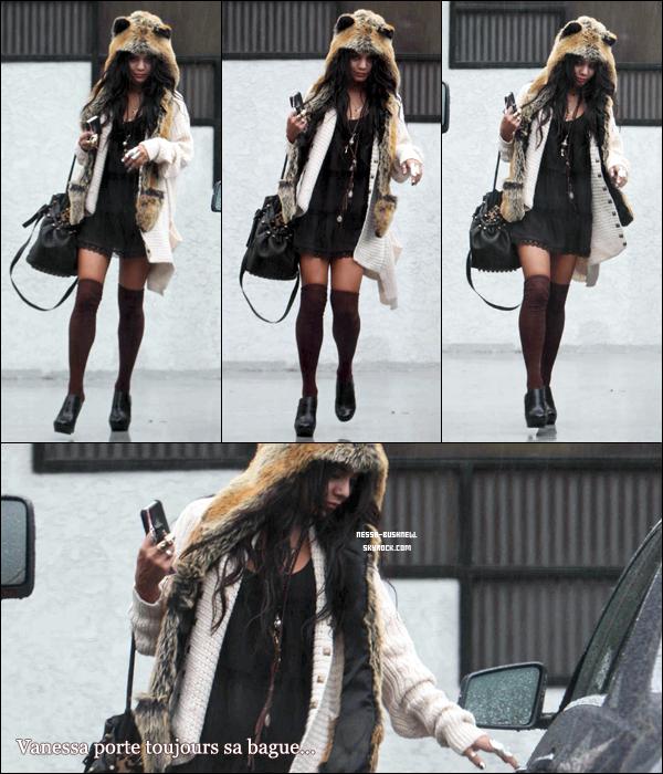 _ Vanessa qui rejoint sa voiture après une autre séance de photoshoot à Studio City le 18 décembre.