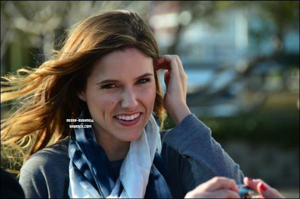 _ 22.02 : Sophia qui passe du temps avec une fan sur le tournage de One Tree Hill à Wilmington. ♥