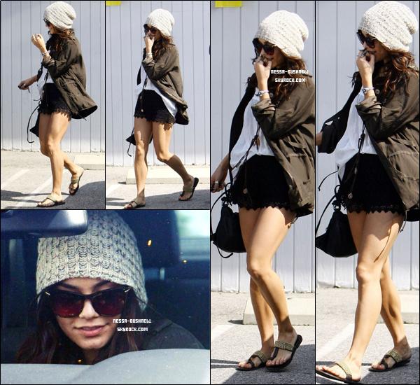 _ Vanessa rejoignant sa voiture après avoir déjeuné avec sa famille à Studio City le 12 mars. ♥