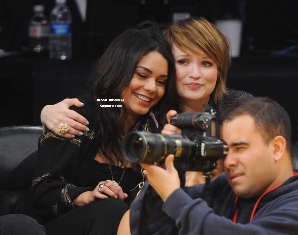 _ 14.03 : Vanessa et Emily Browning assistant à un match des Lakers au Staples Center de L.A. ♥