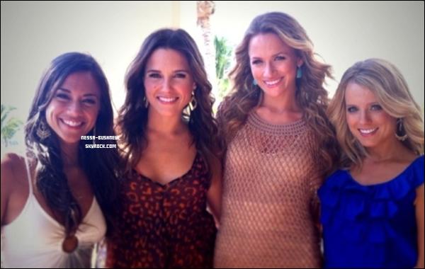 _ « J'aurais souhaité que Bethany Joy Galeotti soit là avec les filles, mais prendre soin d'un bébé est beaucoup plus important. ;) Tu nous manques ! » Sophia sur son twitter le 21 mars, à Puerto Rico.