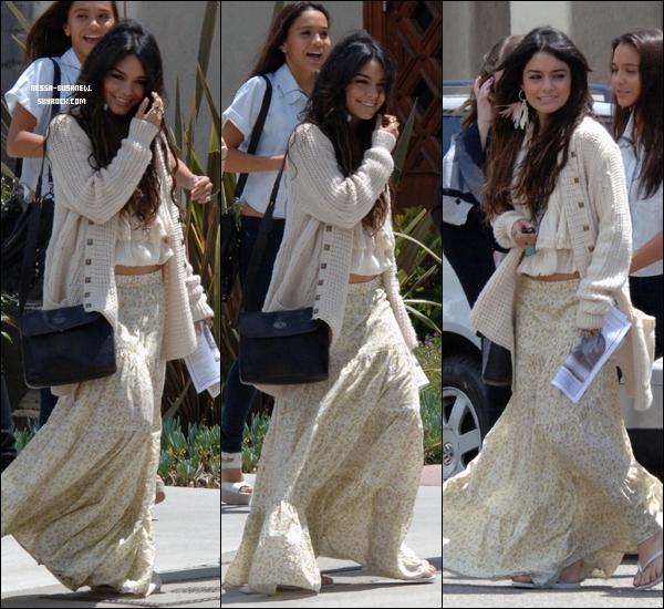 _ Vanessa quittant une église avec Stella, sa mère Gina et Sammi Hanratty à Hollywood le 24 avril. ♥