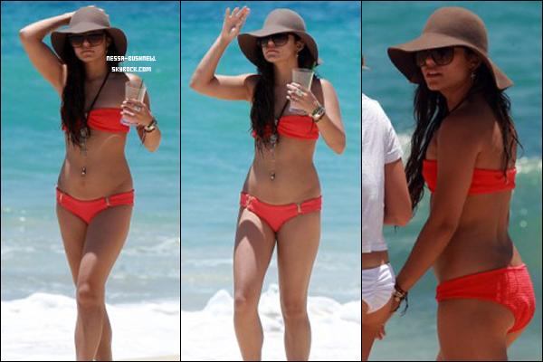 _ 02.05 : Vanessa se baladant sur la plage avec Ashley Tisdale et Shelley Buckner à Los Cabos au Mexique.