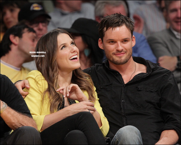 _ Zac Efron et Vanessa Sophia et Austin Nichols au match des Lakers au Staples Center le 4 mai. ♥♥