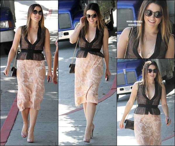 _ Sophia passant la journée à faire du shopping à Beverly Hills le 12 mai. __________Tu aimes sa tenue ?