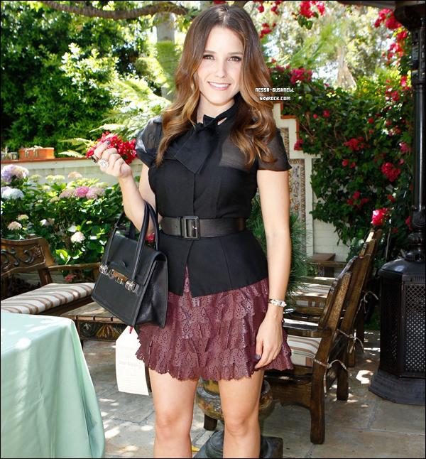 """_ Sophia au """"P.S. ARTS Bag Lunch"""" sponsorisé par Dior dans un restaurant à Santa Monica le 24 mai. ♥"""