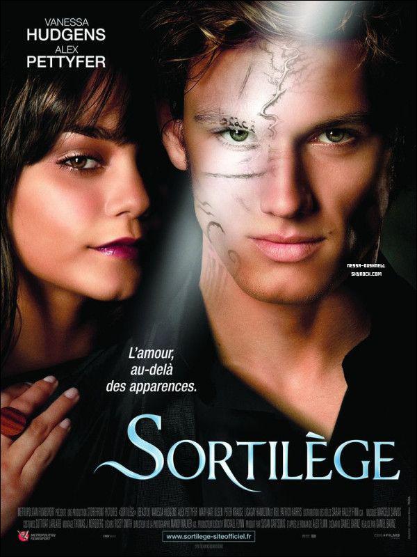 _ Affiche officielle de Sortilège (Beastly) qui sortira le 6 juillet dans les salles françaises. Tu aimes ?Le film a déjà récolté plus de 38 millions de dollars depuis sa sortie, sans compter la France et d'autres pays.