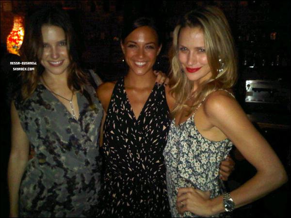 _ Sophia célébrant son anniversaire avec le cast de One Tree Hill dans un bar à Wilmington le 8 juillet. _