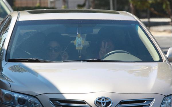 _ Vanessa et sa mère Gina rejoignant leur voiture après avoir été au Studio Cafe de Studio City le 20 juillet. _