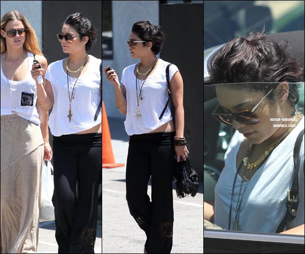 _ Vanessa et Laura New rejoignant leur voiture après avoir déjeune dans un restaurant à Studio City le 23 juillet. _