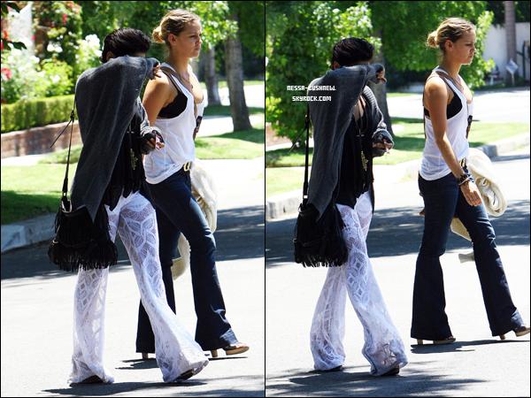 _ Vanessa qui fait du vélo à Studio City avec sa soeur Stella et qui rend visite à la mère d'Ashley Tisdale le 24 juillet. Elle a ensuite été vu quittant le domicile d'une amie avec sa meilleure amie, Laura New. _