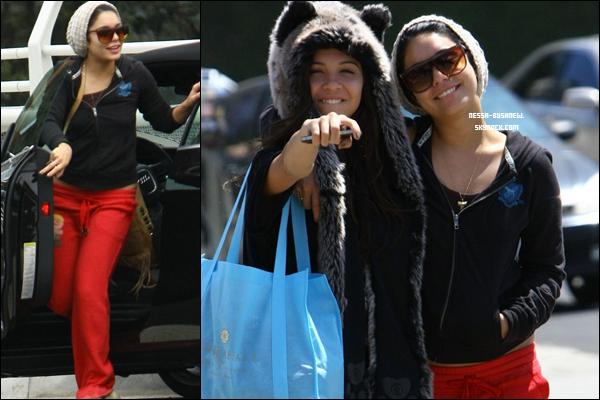 _ Vanessa et sa soeur Stella quittant le Studio Cafe à Studio City le 31 juillet. Laura New était aussi avec elles. _