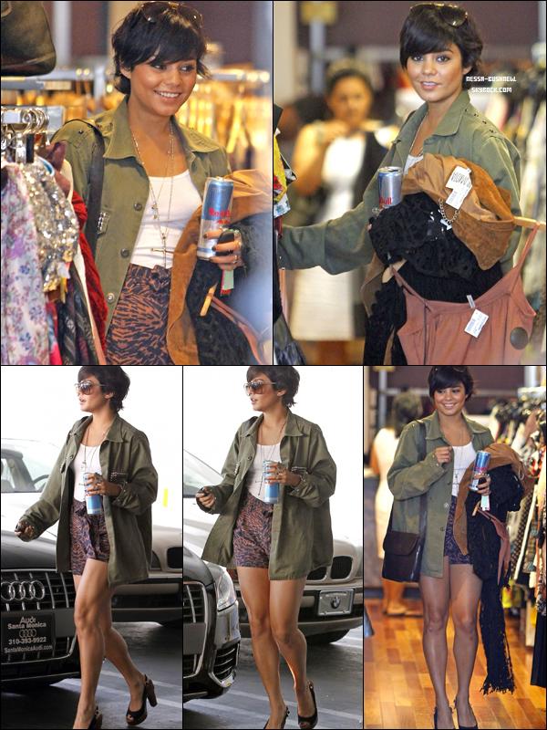 _ Vanessa et sa petite soeur Stella qui font du shopping à Urban Outfitters et à Wasteland à Studio City le 9 août. _