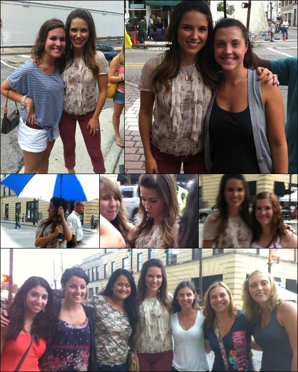 _ Sophia qui prend le temps de poser avec des fans sur le tournage d'OTH à Wilmington il y a quelques jours. _
