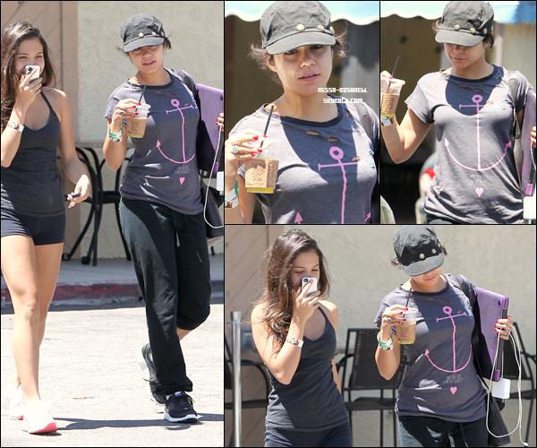 _ Vanessa et Stella quittant un restaurant après y avoir déjeuné et après avoir fait du sport à Los Angeles le 16 août. _