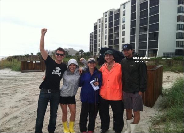 _ « La meilleure partie de l'ouragan Irene était quand Austin, Tyler Hilton et moi étions invités à être les ninjas du temps. F*CK YEAH ! » C'est le message et la photo qu'a posté Sophia sur son twitter le 28 août. _