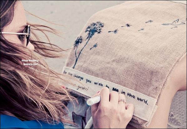 _ Photoshoot de Sophia réalisé par Dana Hawley en lien avec une campagne, elle a d'ailleurs créée un sac. _
