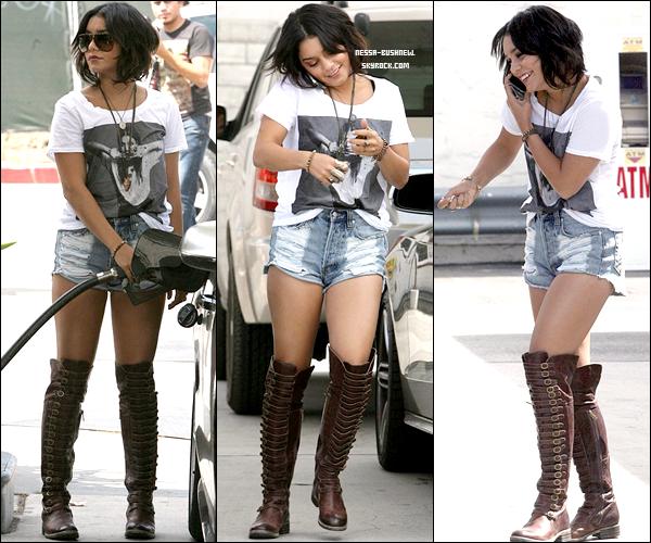_ Vanessa qui s'arrête à une station d'essence, pourchassée par les paparazzis à L.A le 22 septembre. ♥ _